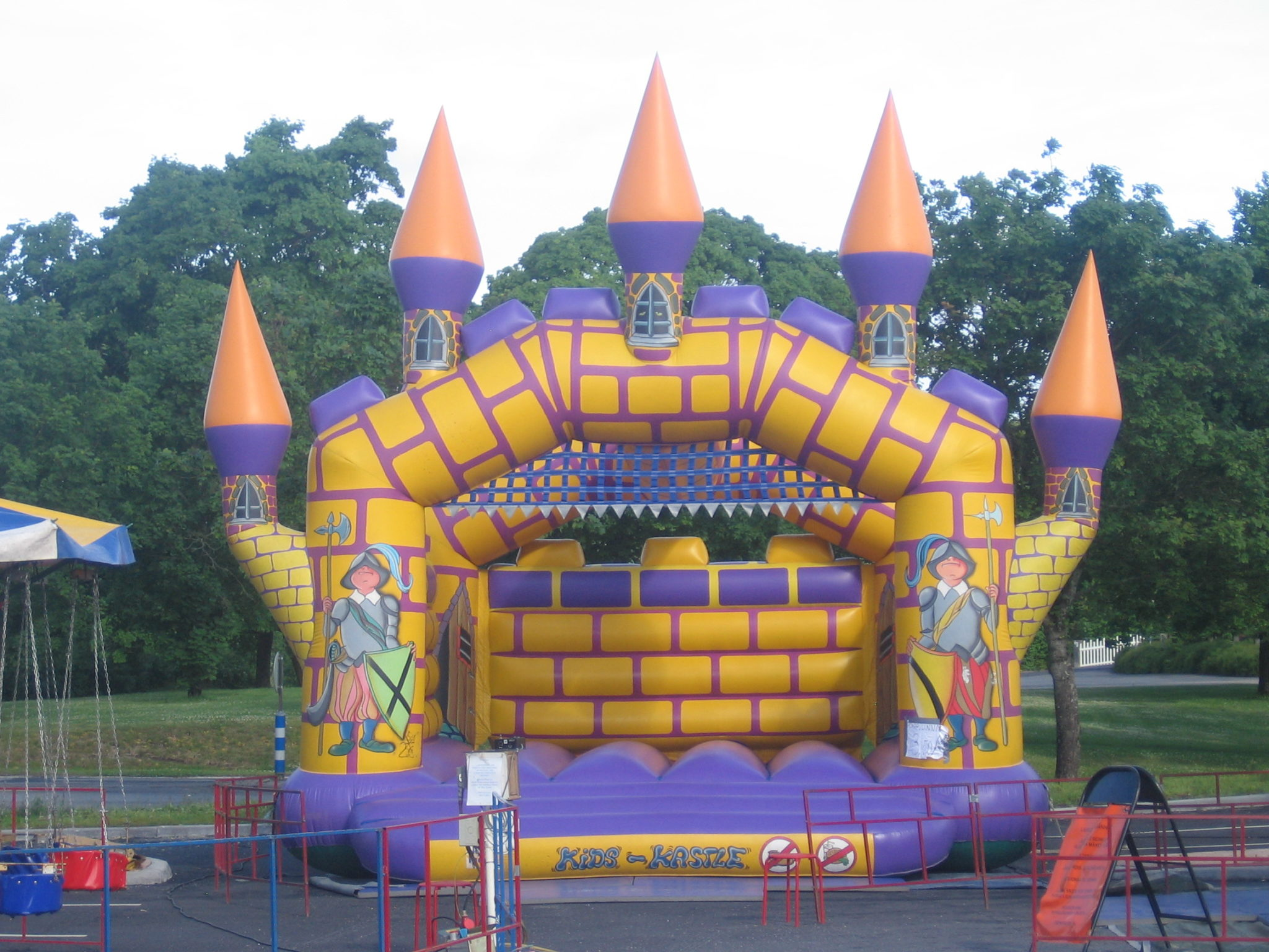 Pomppulinna Klassikko pomppulinna josta varmasti kaikki lapset tykkäävät! Eikun pomppimaan ja pitämään hauskaa! Pomppulinnoja tivolilla on useampia.