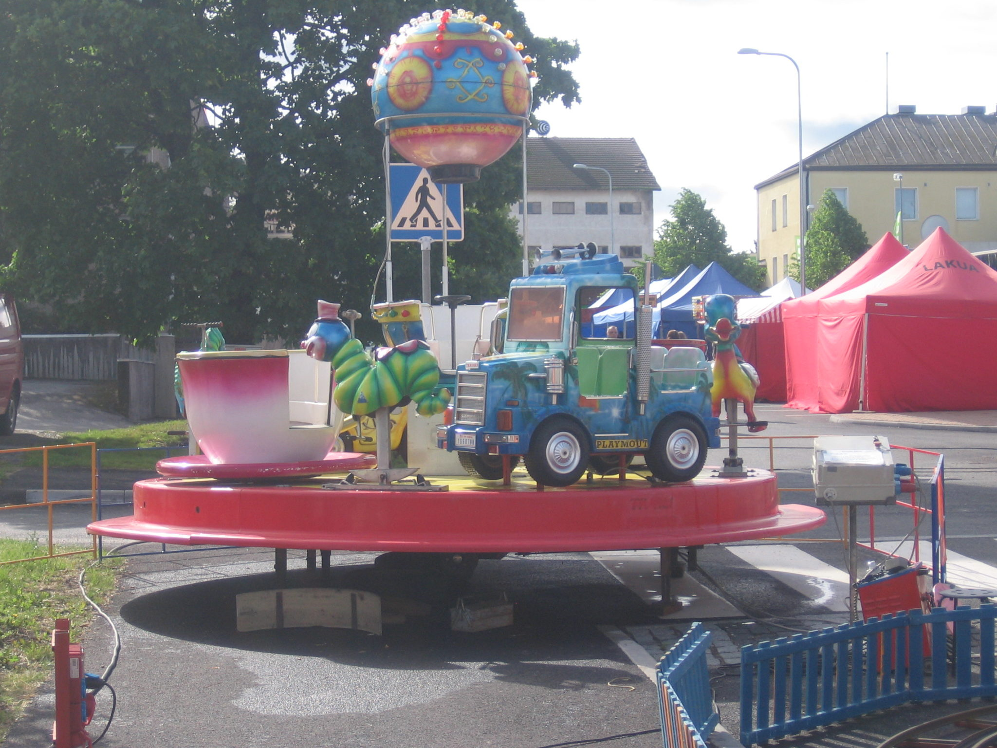 Autokaruselli, karuselliiin mahtuu kerralla n 22 lasta. Karusellissa Tivolitunnelmaan sopiva musiikkki. Tämä laite on lasten iki suosikki.